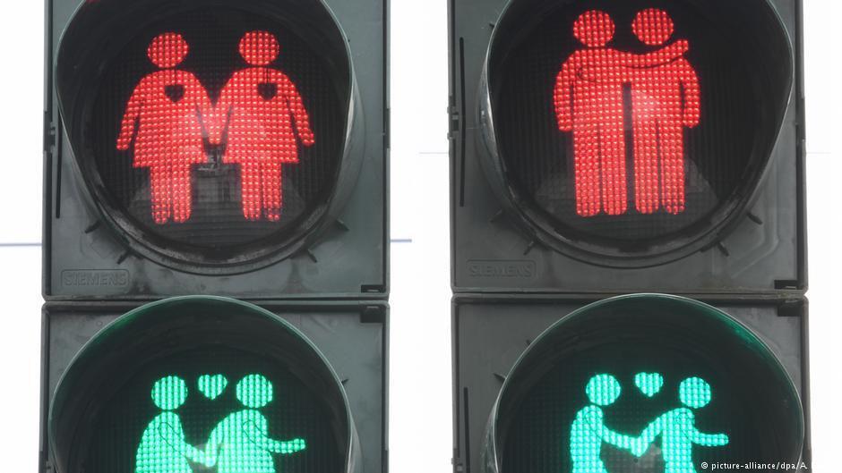 Гей-светофоры в Германии  В Кельне появятся светофоры с изображением однополых пар. Их установят в центральной части города перед парадом Christopher Street Day в июле. Повод для акции — 50-летие со дня стоунволлских бунтов за права ЛГБТ в США.