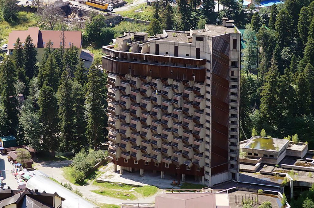 an abandoned hotel from the 1980s built to appear like bee honeycombs, Dombay, Karachay-Cherkessia, northern Caucasus, Russia https://www.slavorum.org/abandoned-hotel-amanauz-brutalist-monument-to-dreams-and-hopes/…