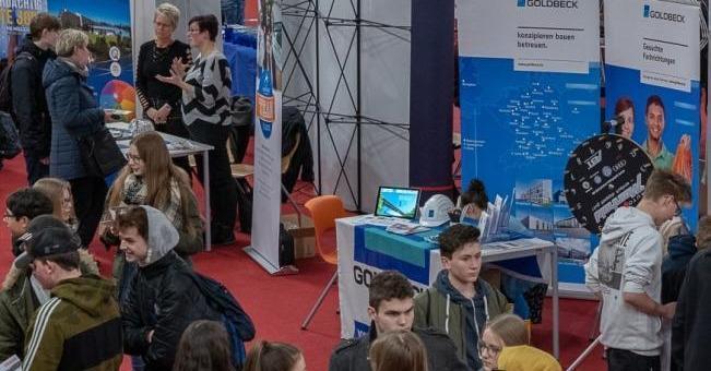 Infos sammeln, neue Berufe kennenlernen: Das stand für Schüler aus dem vogtländischen #Auerbach bei der #Berufsmesse in der Schloss-Arena auf dem Plan. Fast 70 Firmen buhlten um zuünftige Azubis. https://www.freiepresse.de/vogtland/auerbach/firmen-buhlen-auf-berufsmesse-um-zukuenftige-auszubildende-artikel10445356?utm_medium=Social&utm_source=Twitter#Echobox=1550135636…