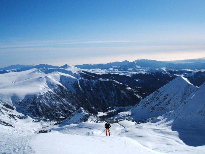 La ilusión y la estima por nuestro trabajo es lo que consigue dibujar cada día una sonrisa a aquellos que vienen a esquiar con nosotros. Aquí encontrarás tu sitio: Vallter 2000, dibujando sonrisas en la nieve. 😊 ❄  Reportaje de @nevasport : https://t.co/0h6AvVkteX