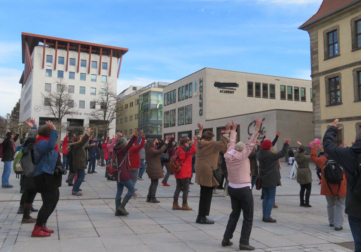 Tanzende Frauen auf dem Uniplatz Fulda