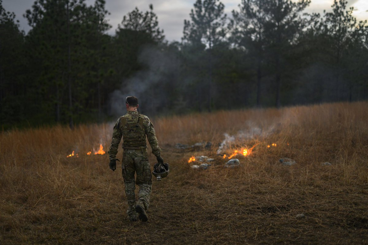Photo of the Day: @nationalguardMS Special Forces Soldiers put out fires set during a demo and explosive training during Southern Strike 2019.  https://t.co/B7jish91Z8