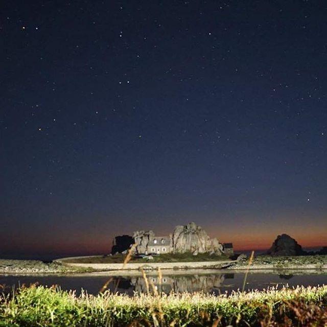 La maison entre les rochers, vue par BlackSwan - on s'amuse quand il n'y a pas de vagues ^^ http://bit.ly/2tpQGKM