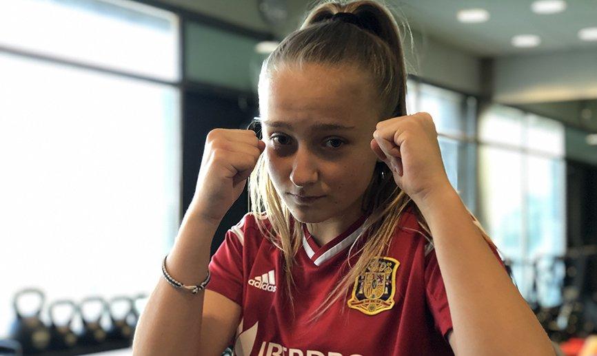 🥊 A sus 14 años, Karolina Sarasua es campeona de España de Muay Thai y goleadora de la Sub-16. ¡TE VA A ENCANTAR SU HISTORIA!