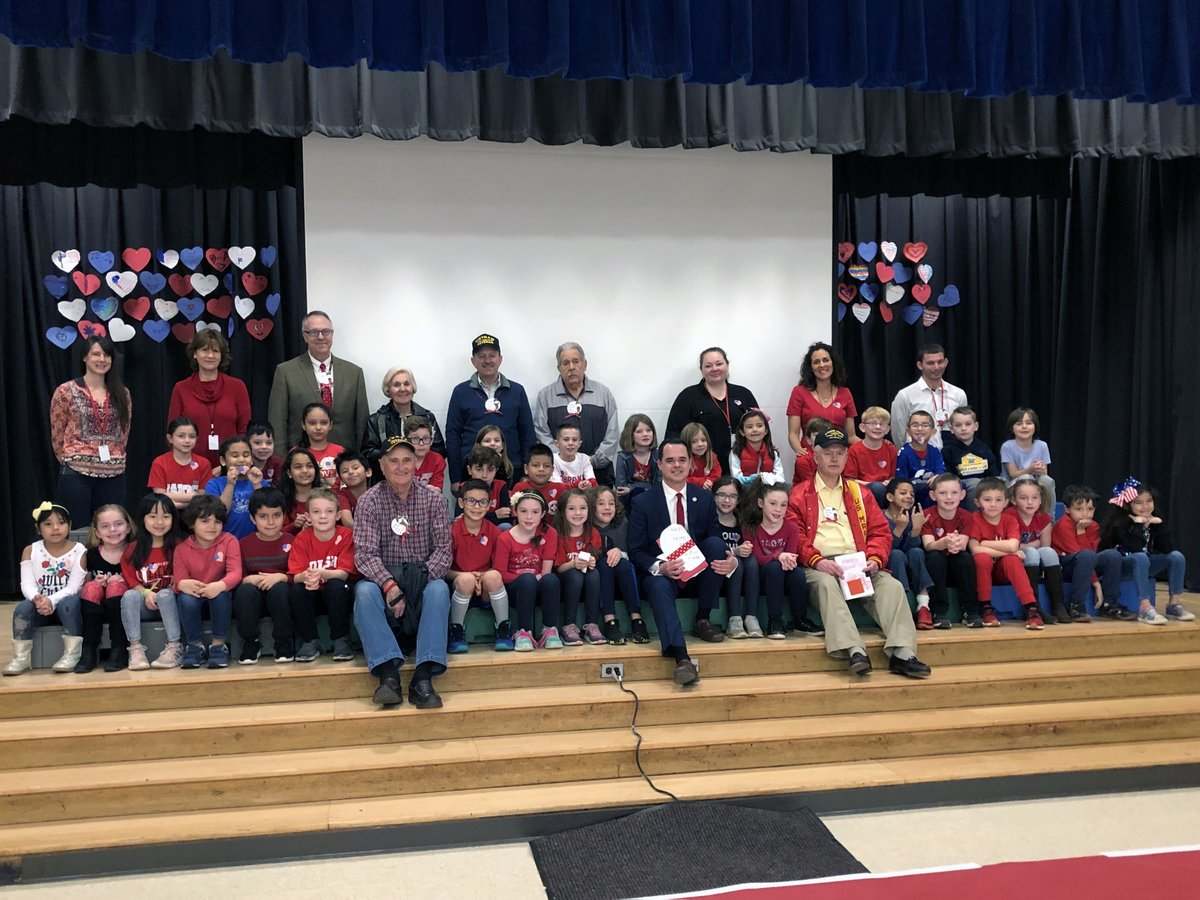 .@WOSnews students extended a warm welcome to local veterans, including @SOCSD_Supt (U.S. Army) and Grade 2 Teacher Christopher Speno (U.S. Marine Corps), as part of New York State Senator @DavidCarlucci's annual Valentines for Vets celebration this morning! ❤️🇺🇸