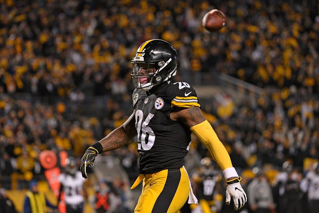 Another Steeler has been dominating headlines lately, but let's not forget the OG of offseason chatter 👀  In her latest edition of the 10 players to watch in the NFL offseason, @LizLoza_FF examines the outlook of Le'Veon Bell.  ➡ https://yhoo.it/2EbQiWO