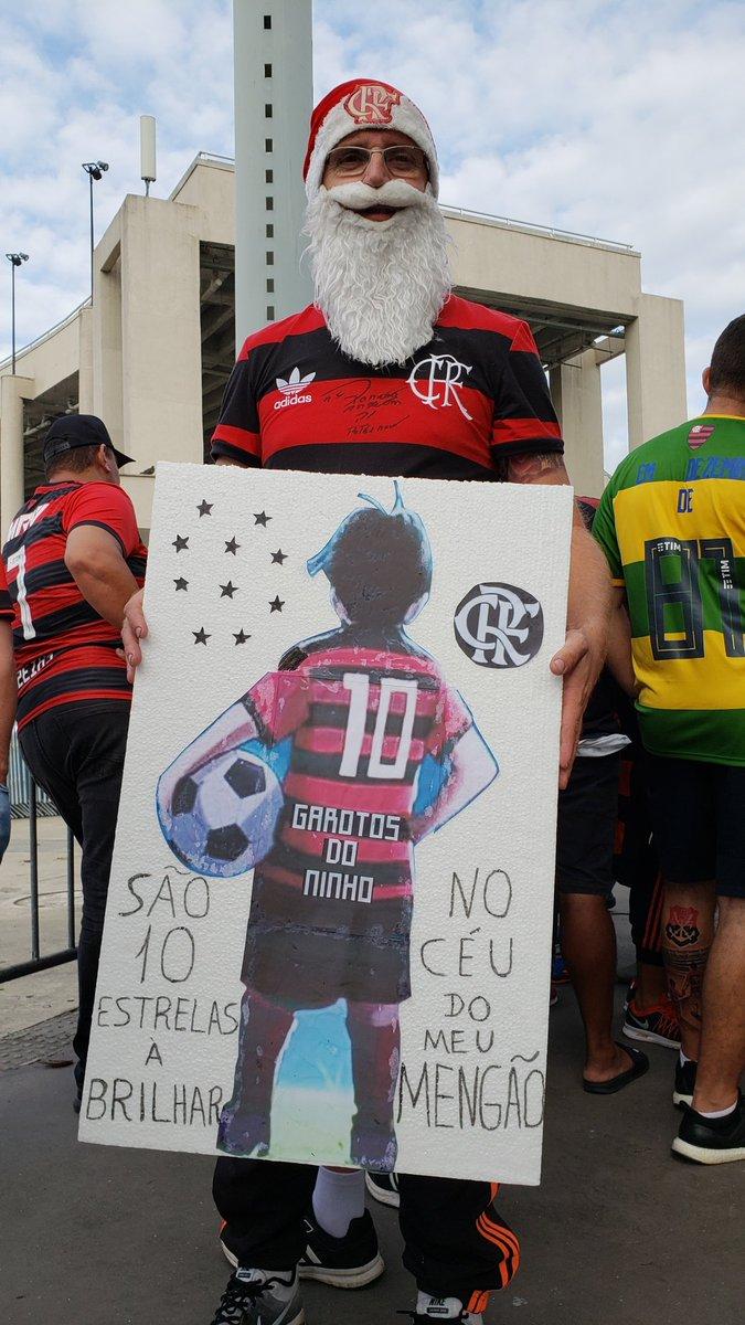 Os torcedores trazem suas homenagens aos #Nossos10 #FLAxFLU