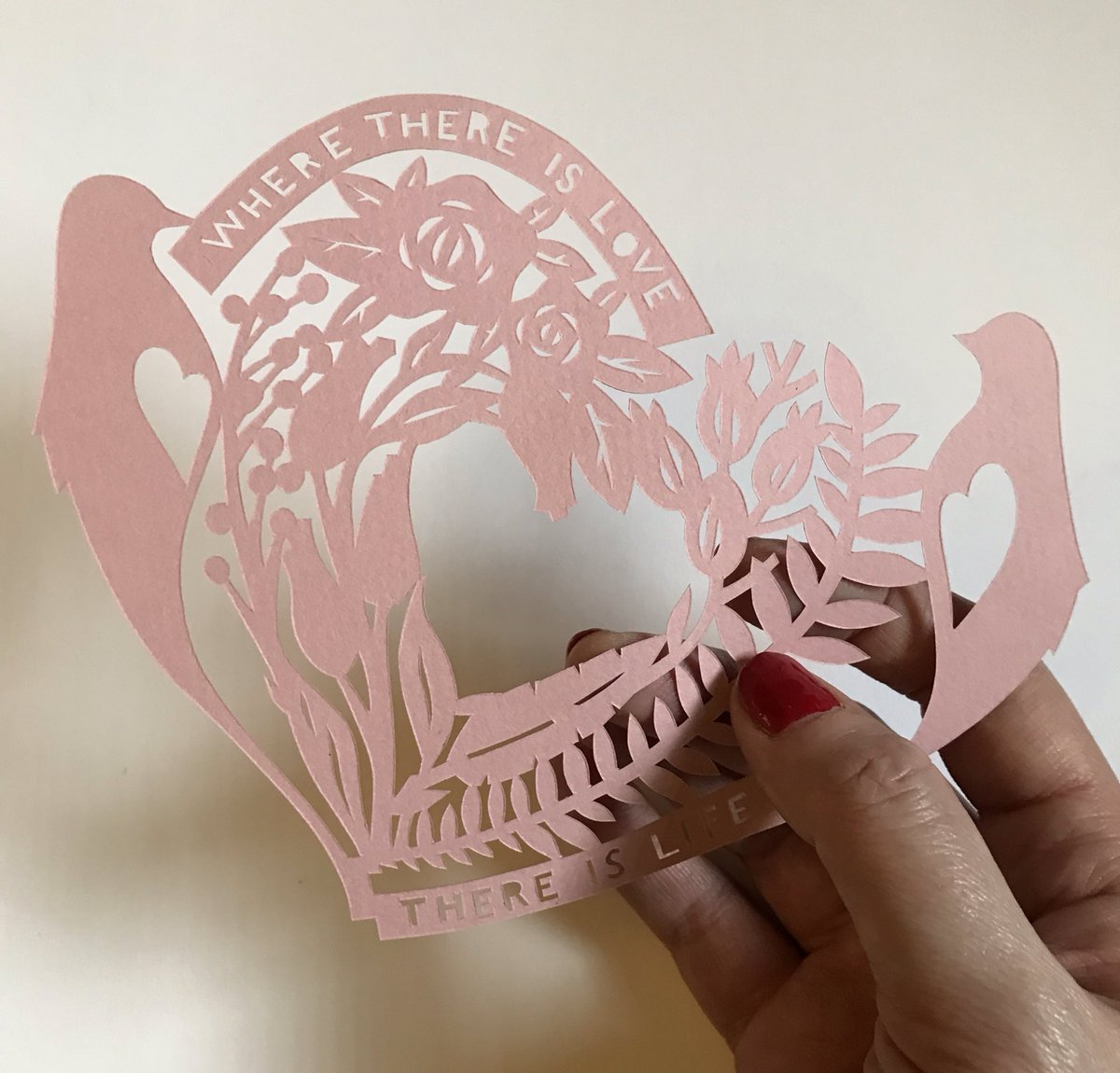 Evening #scottishcrafthour thought I'd pop on with a Valentine's Day inspired paper cut ♥️- Happy Valentines Day #paperartist #paper #papercraft #paperart #ValentineDay #heart #lovebirds