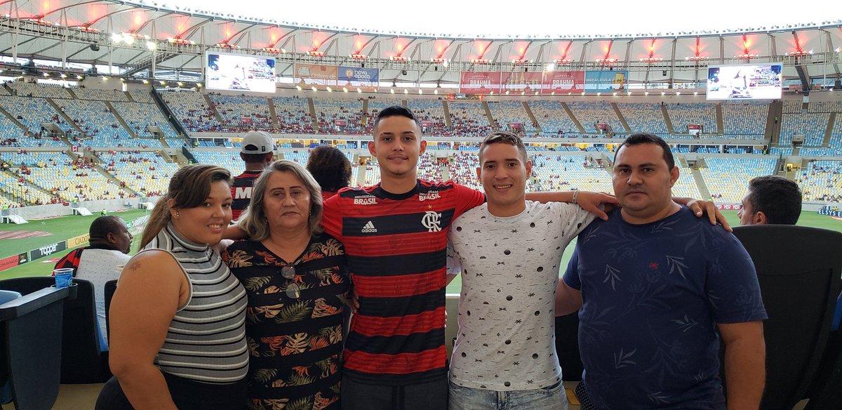 Seja bem-vindo ao Maraca, Cauan Emanuel! Nosso herói estará presente no #FLAxFLU de hoje com sua família. ❤🖤  #Nossos10