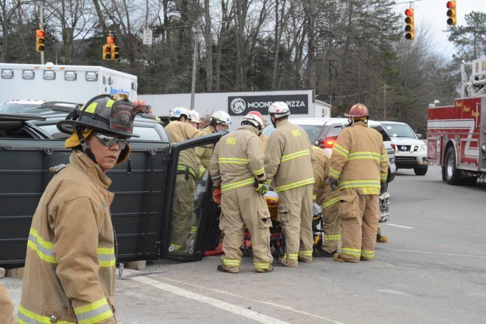 UPDATE: 2 injured, 1 trapped in crash https://buff.ly/2GrNtTU