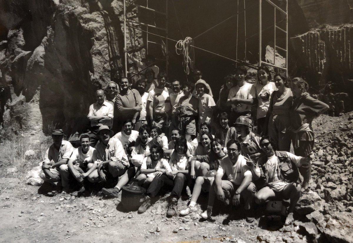 Foto de familia del Equipo de #Atapuerca momentos después de encontrar fósiles humanos en el sondeo de la Gran Dolina en 1994 #HomoAntecessor #DóndeEstabas94