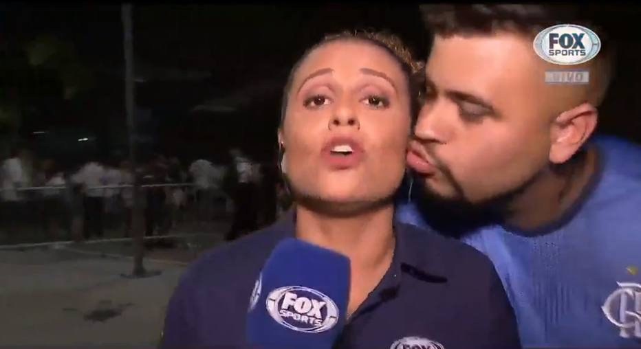 Torcedor tenta beijar repórter ao vivo antes do Fla-Flu; assista https://t.co/hYRJxDEFrq -via @esportefera