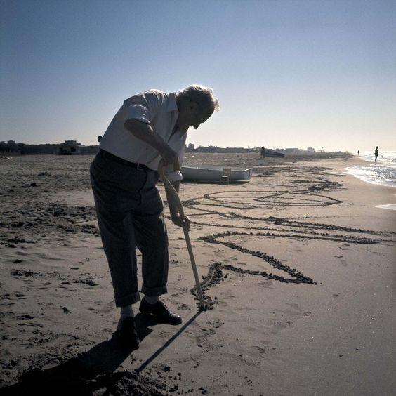 Foto del giorno: Joan Miro fotografato in spiaggia da Ralph Hermanns (© Fundació Joan Miró, Barcelona)