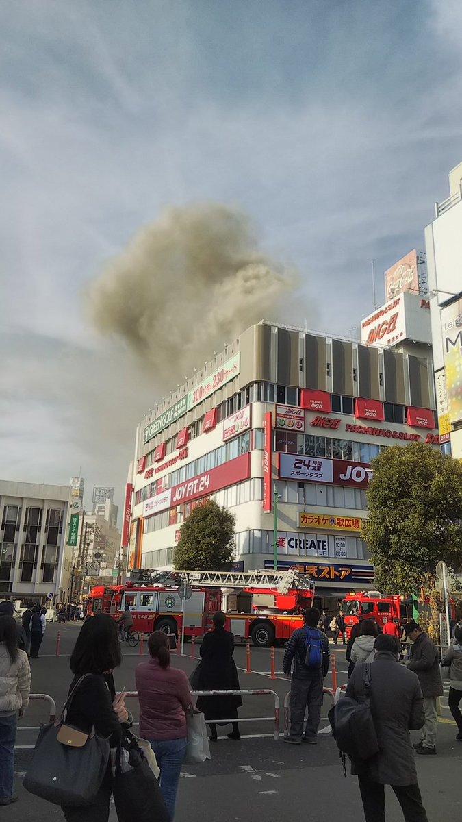 歌広場 蕨店から大量の煙が上がっている火災現場の写真画像