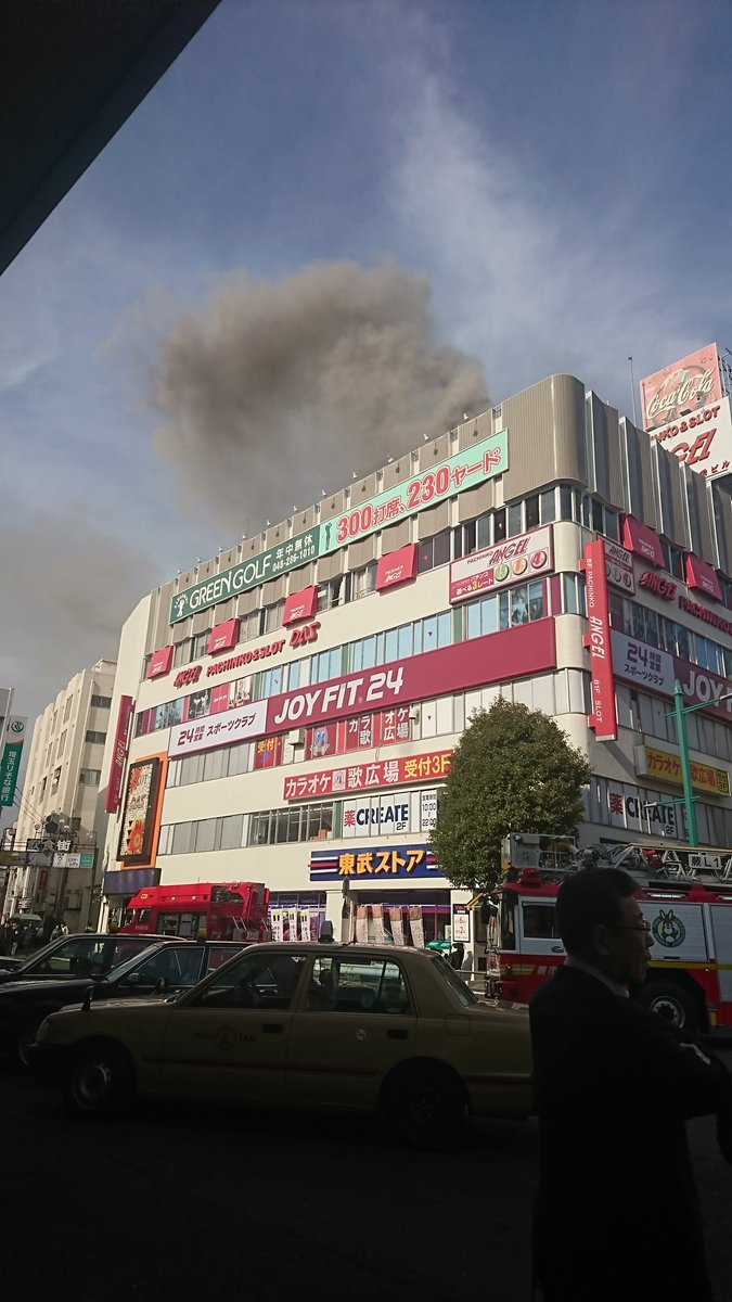 蕨駅東口前で大規模な火事が起きている現場画像