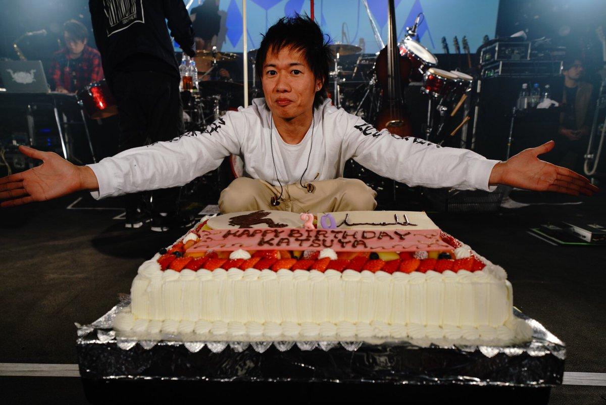 ハッピーバースデー克哉! リハ後にみんなでお祝い!のケーキはクアトロロビーでCREWの皆さんに振る舞うとのことです。 #UVERworld #克哉 #俺たちのリーダー #生誕祭