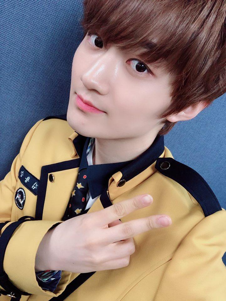[#Yongseung] Me gradué!!! Amo a mi familia, maestros y amigos. Los miembros que estuvieron conmigo en la graduación son los mejores. #베리베리 #VERIVERY #Graduación #Uniforme *Trad Aprox