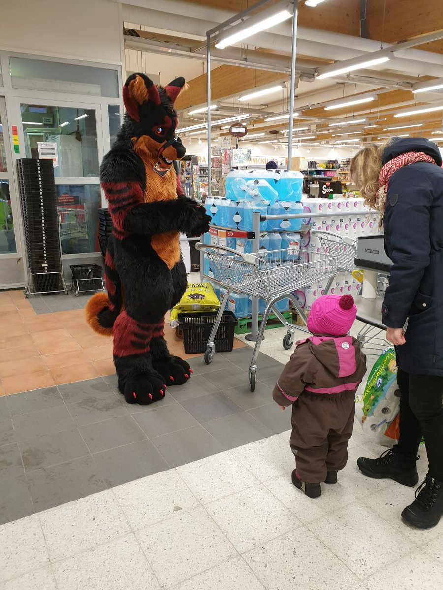 This is why i love fursuiting talking with kids and have fun. this little girl was so happy and hug me and say she wanna see me again     @thekarelia<br>http://pic.twitter.com/HC1kY24kzS