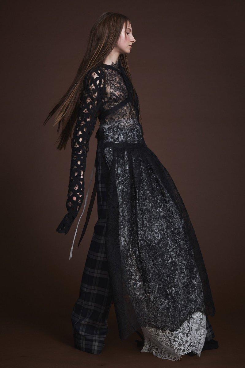 Soy muy fan de Vera Wang y su lado oscuro cuando no diseña vestidos de novia 🖤 Por ejemplo su nuevo Fall 2019 ¡es tan gótica!