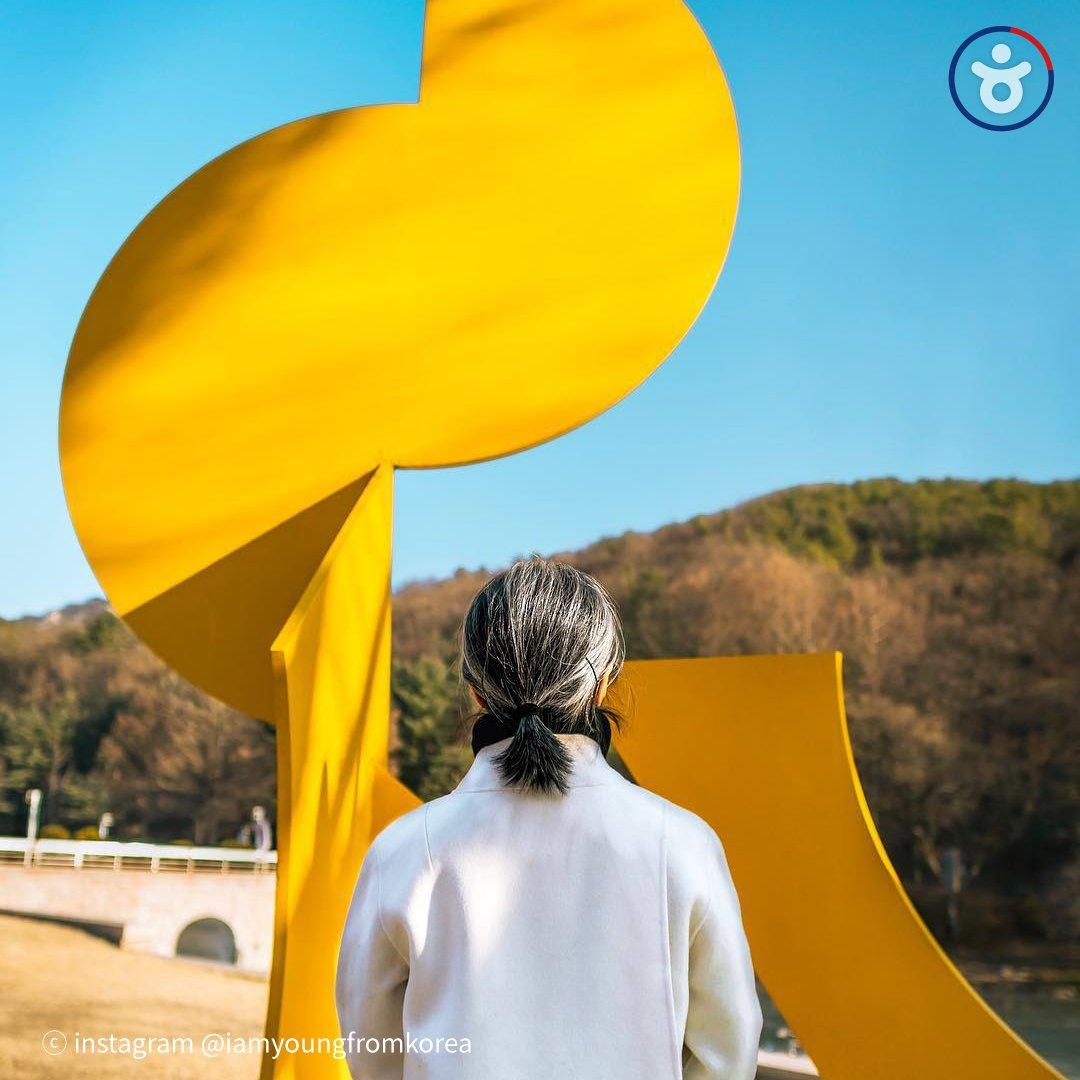 #국립현대미술관 과천관은 건축, 디자인, 공예 등 다양한 시각예술 장르를 아우르며 자연 속에서 휴식을 제공합니다🌲현재 과천관에서는 <세상에 눈뜨다: 아시아 미술과 사회 1960s - 1990s>(~5월 6일) 등 다양한 전시가 진행 중입니다. [사진(@iamyoungfromkorea)-INSTAGRAM]