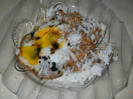Antara telur mata kerbau dan telur dadar, yang mana pilihan korang Kalau makan nasi bersama Kicap?  RT Telur Mata Kerbau  Like Telur Dadar