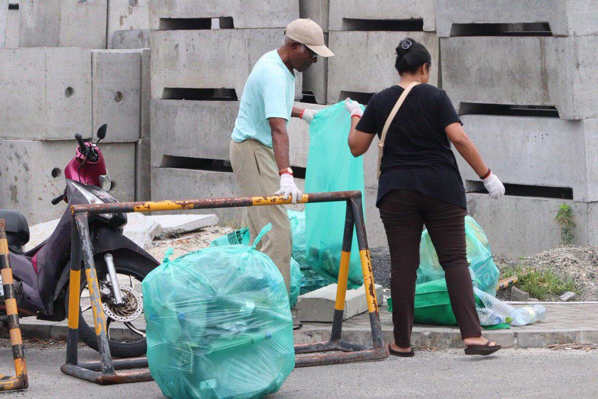 They're not afraid to get their hands dirty to help their community! During #AmericanCenterMale's street clean-up, 66 volunteers collected, segregated, and disposed 485 kgs of trash in 2 hrs! Way to go @WAMCOmv,@MajeediyaScouts,@FavoPackmv,@clean_maldives,@GhiyasuddinIS 🌏💪🏽