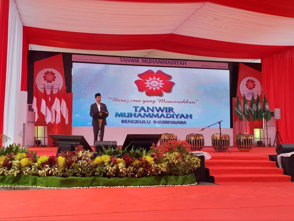 """""""Saya berterima kasih kepada Muhammadiyah"""", ujar Presiden @jokowi saat membuka Tanwir Muhammadiyah dengan tema """"Beragama yang Mencerahkan"""".  #TanwirMuhammadiyah"""