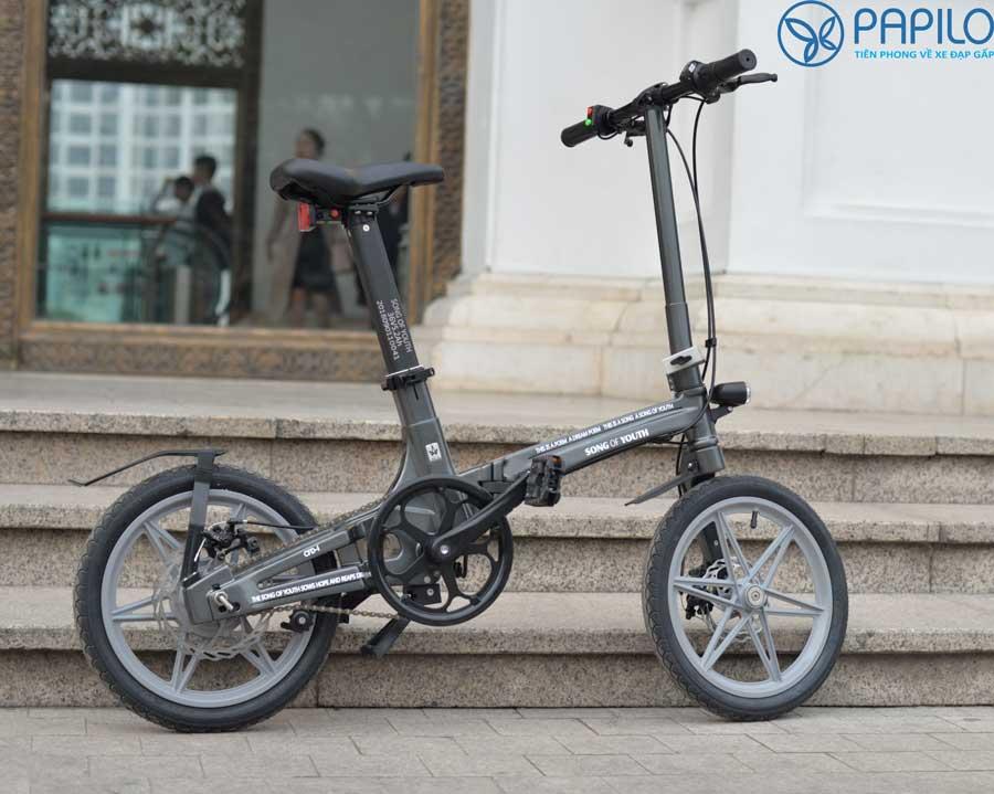 Xe đạp điện gấp Jaunty là dòng xe đạp điện thông minh cao cấp với khả năng gấp gọn giúp bạn có thể cất vào những không gian chật hẹp như cốp ô tô, thuận tiện đem đi du lịch. https://t.co/2cU4AAzopx #xe_dap_gap #xe_dap_dien #xe_dap_gap_tro_luc_dien #papilo https://t.co/x7HA34pltm