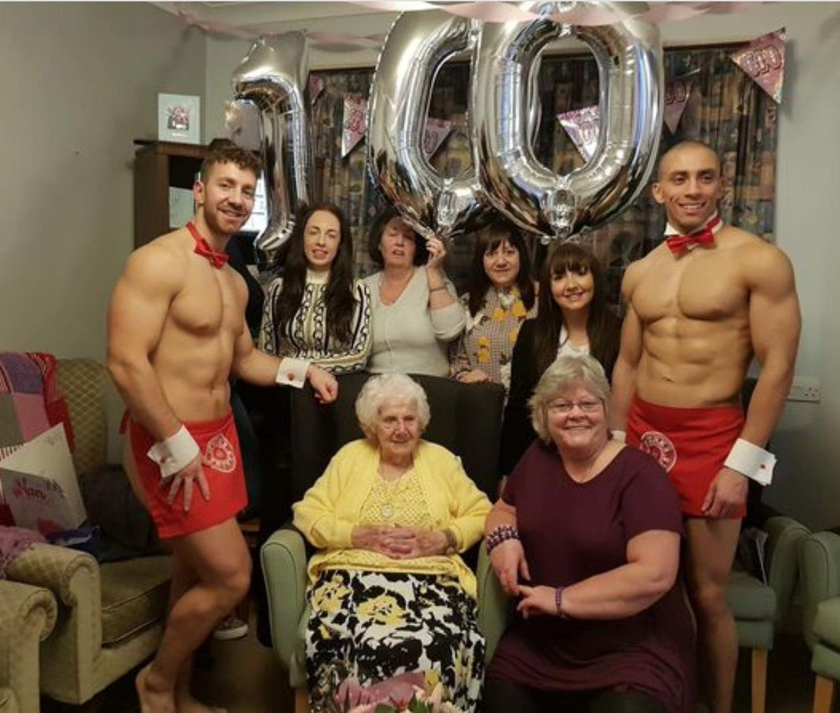 Risultati immagini per 100 anni e festeggia con due spogliarellisti