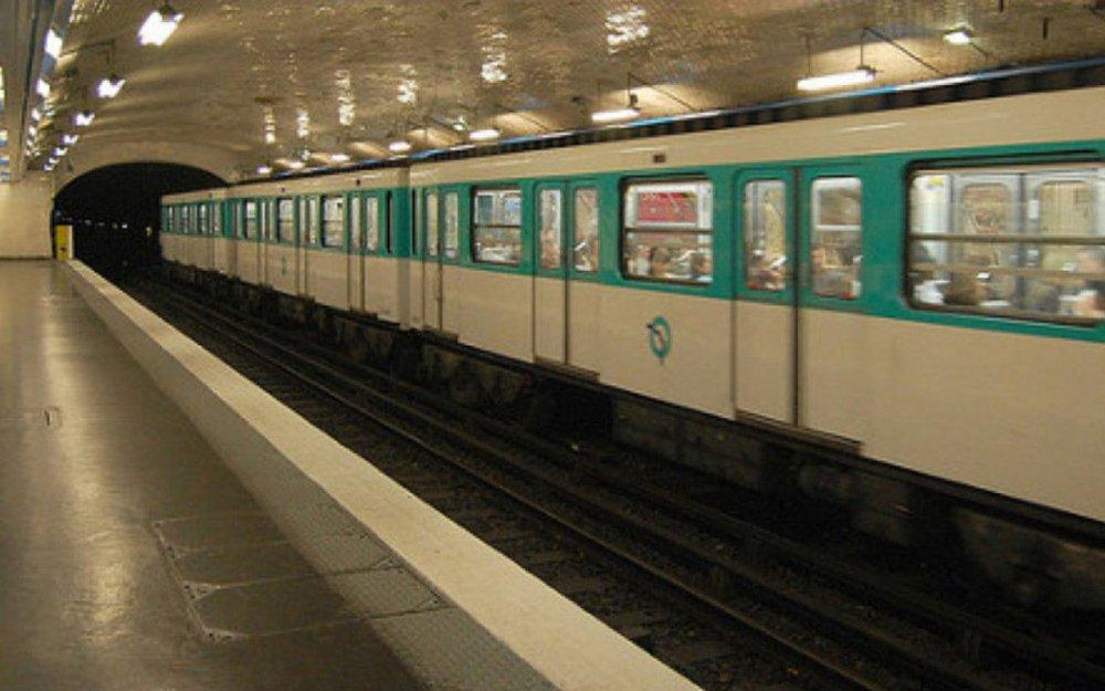 Un passager du métro parisien entre la vie et la mort après avoir été aspergé d'un liquide. Il s'agirait d'acide  https://t.co/vDavDyjU6r