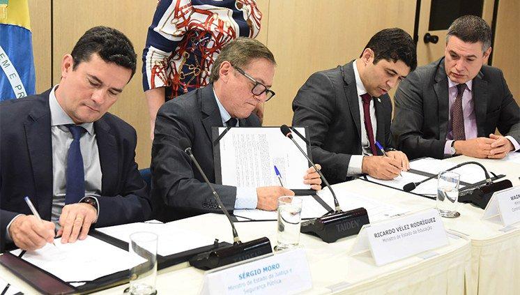 Ministros Sergio Moro e Ricardo Vélez assinam acordo para investigar indícios de corrupção no MEC http://bit.ly/2SAPNyb