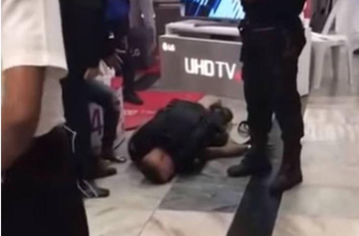 Jovem morre após ser agredido por segurança em mercado no Rio https://t.co/t73f4hZymy