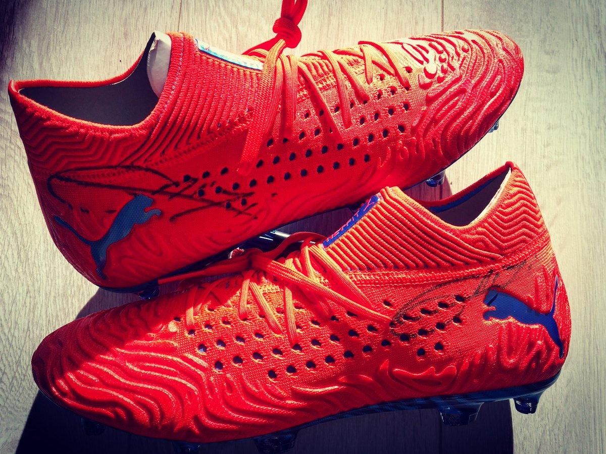 ⚽️🎁#TLS 100% #Griezmann 🎁⚽️ 🤩RT + follow le compte @toutlesport pour gagner les chaussures dédicacées par @AntoGriezmann 🖊 @francetvsport @pumafootball