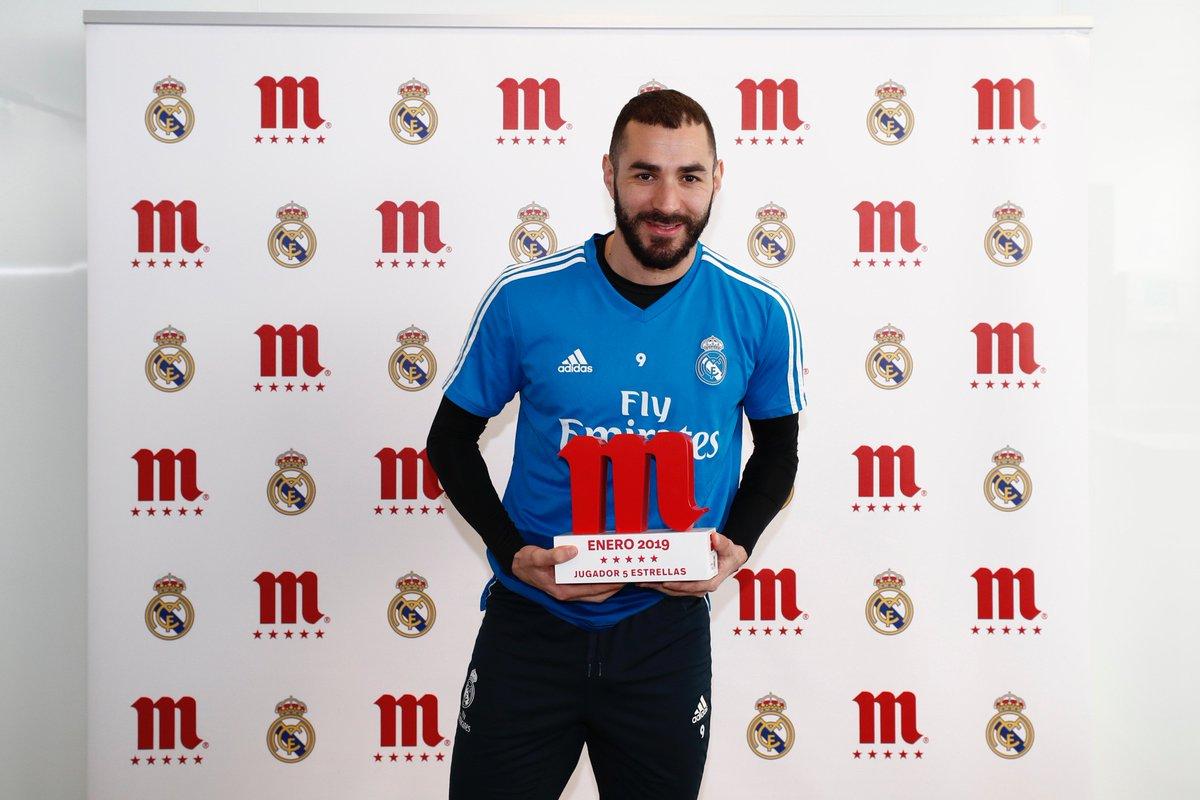 .@Benzema recibe el trofeo como #Jugador5EstrellasRM de enero en el @realmadrid. ¡Enhorabuena! 🏆