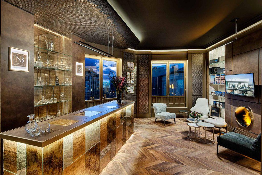 La barra del bar NB86, donde se combinan materiales de @ALVIC_ESP y @SicisOfficial, nos transporta a un maravilloso #speakeasy. Ven a conocer y a disfrutar del espacio de #ImparGrupo donde, además, podrás descubrir el futuro de #NúñezDeBalboa86 https://casadecor.es/decoracion/bares-restaurantes/bar-nb86-espacio-impar-capital/#foto-4…
