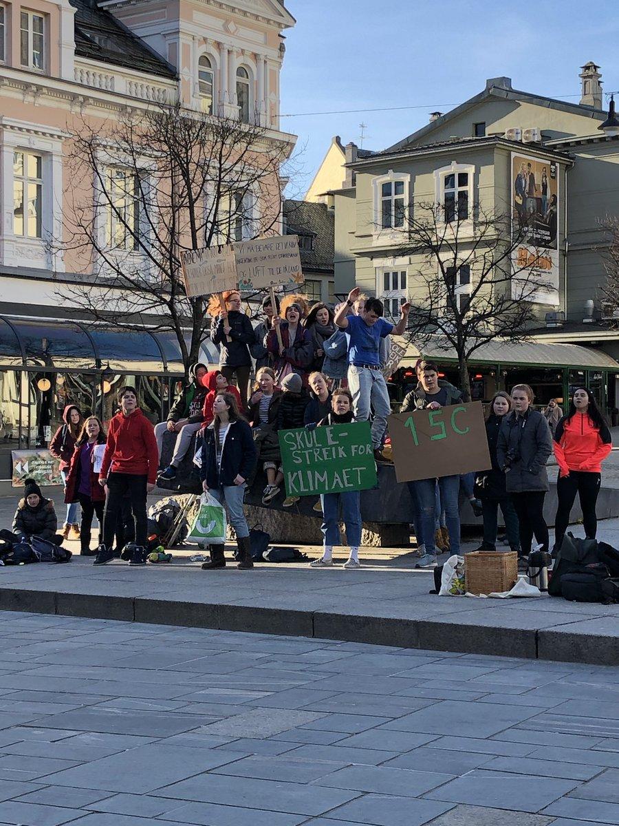 Heia ungdommen 💪🏼💪🏼💪🏼 #ståpå #havet #skolestreik #havet #bedrefremtid @btno  @guardian #Bergen #Norway #miljø @SVparti
