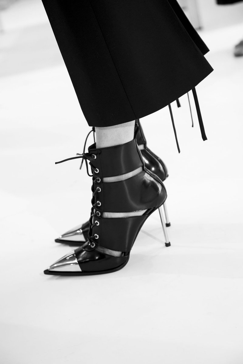 Cutaway ankle boots with metal toecaps and needle heels. Discover: https://t.co/74vcqXG6XL #McQueenSS19  #AlexanderMcQueen