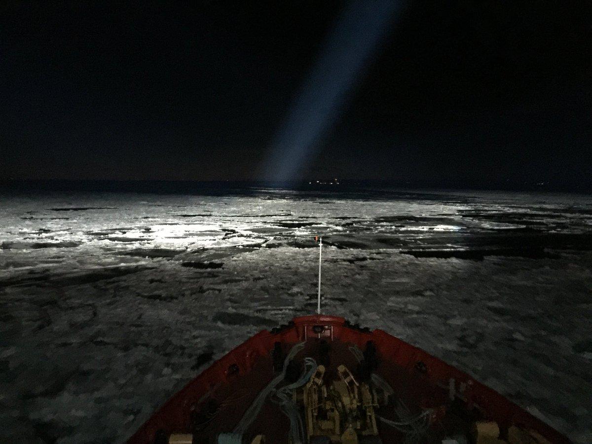 Vous avez été très nombreux à aimer ma dernière vidéo. Pour clore l'épisode Québécois, voici une dernière image saisie depuis la timonerie du brise glace : le navire à l'assaut des glaces du St Laurent au cœur de la nuit. Magique🤓