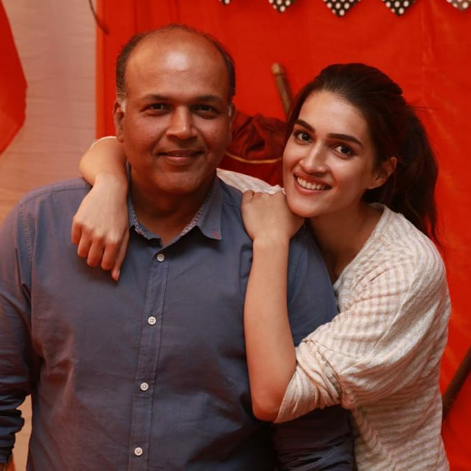 When @kritisanon posed with @AshGowariker while celebrating his birthday on the sets of #Panipat