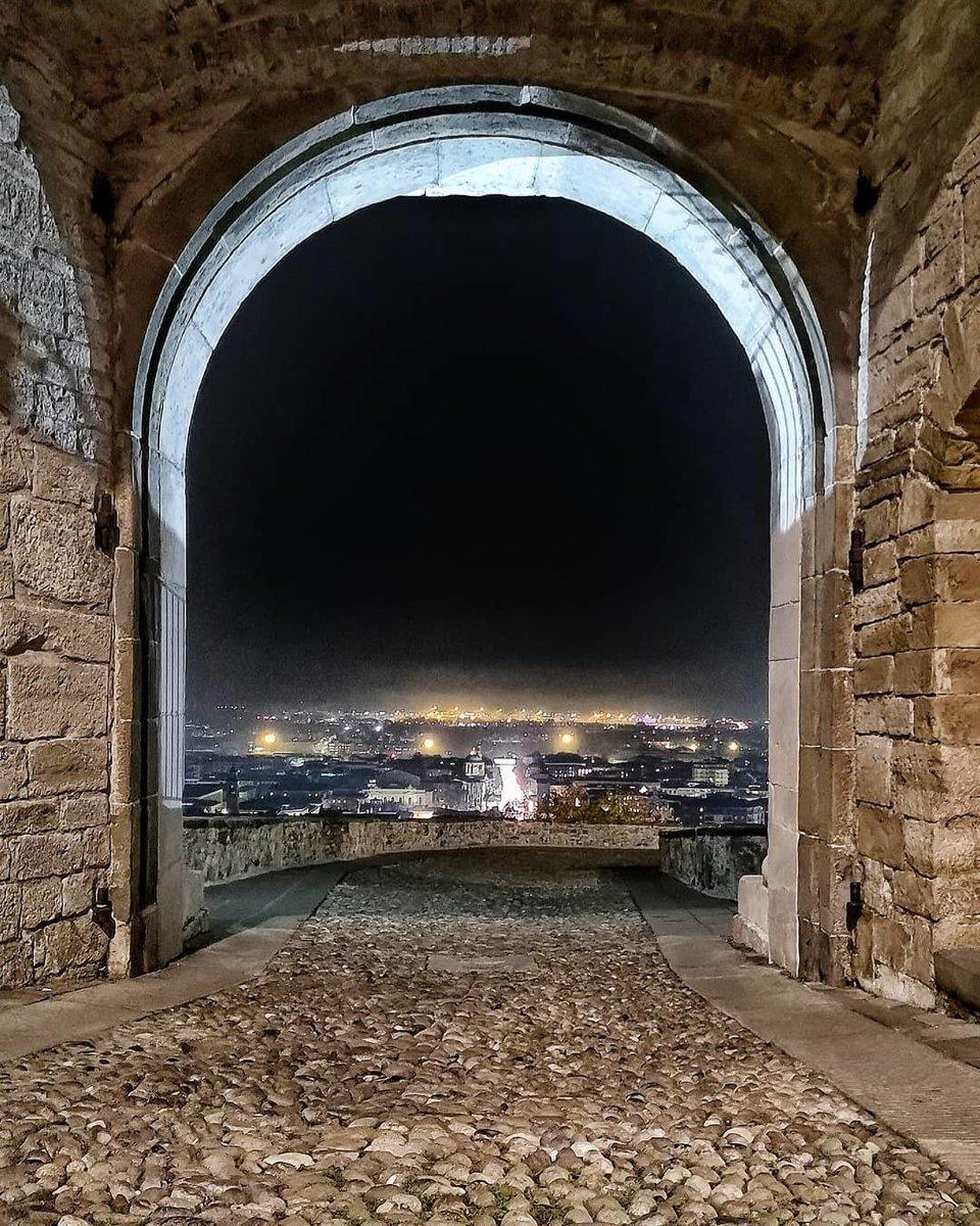 Buona serata! Dalla Porta San Giacomo, Bergamo! ➳ ♥ Maxzef Scarica l'APP inLombardia Pass.  Scopri dove fare check-in #inLombardia.   👉 http://www.in-lombardia.it/it/pass-app