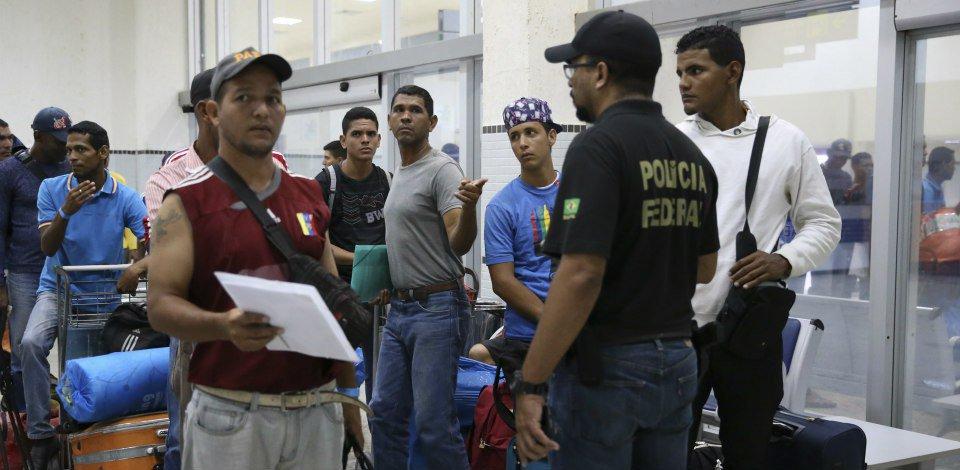 O governo federal repassou R$ 14 milhões ao Ministério da @DefesaGovBr para apoiar e dar continuidade às ações de assistência emergencial e de acolhimento a imigrantes vindos da Venezuela. Confira:  https://t.co/CGB6WrrxhX