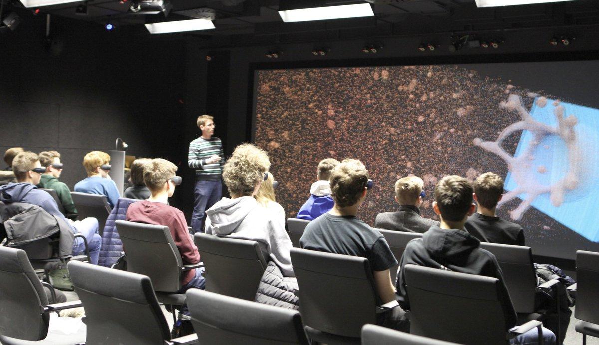 Zum #Informatiktag 2019 haben 23 Schülerinnen und Schüler der Oberstufe an der #Labtour des #Visualisierungslabor teilgenommen. Danke für euren Besuch! #Powerwall #Informatik #VisualComputing