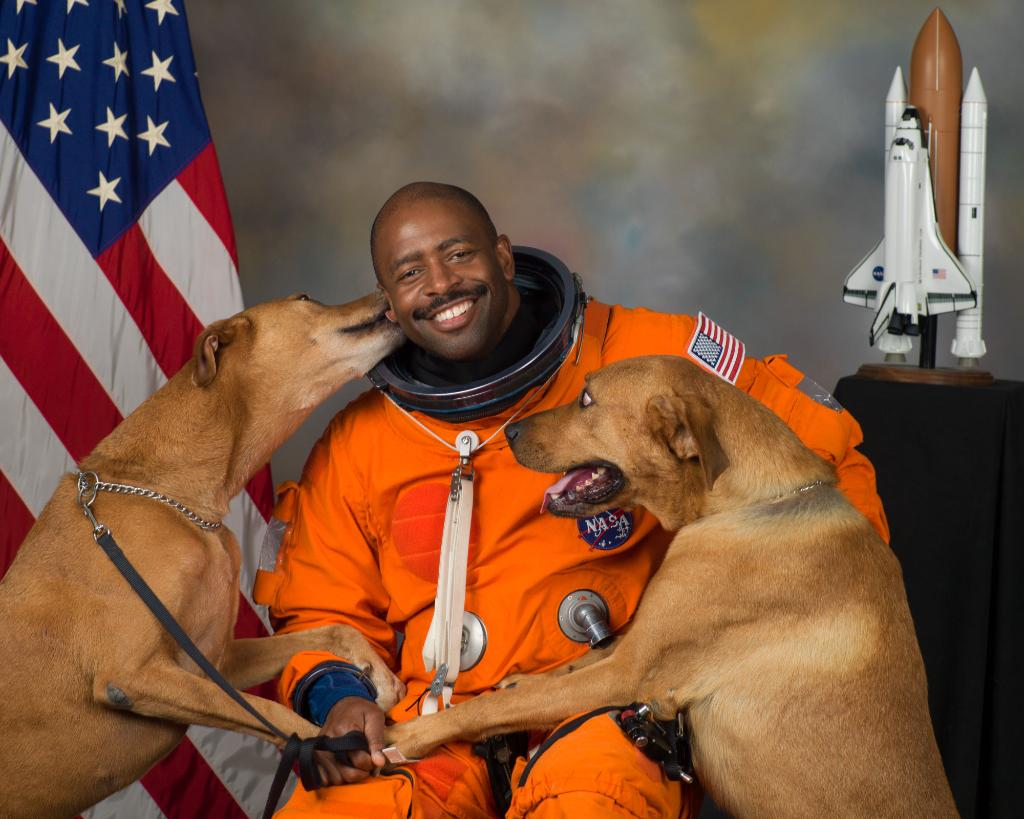 Happy birthday to Leland Melvin - the only person to catch a pass in the @NFL and in space! This #BlackHistoryMonth, learn about the contributions of @Astro_Flow and other pioneers: https://go.nasa.gov/2SUG9pr