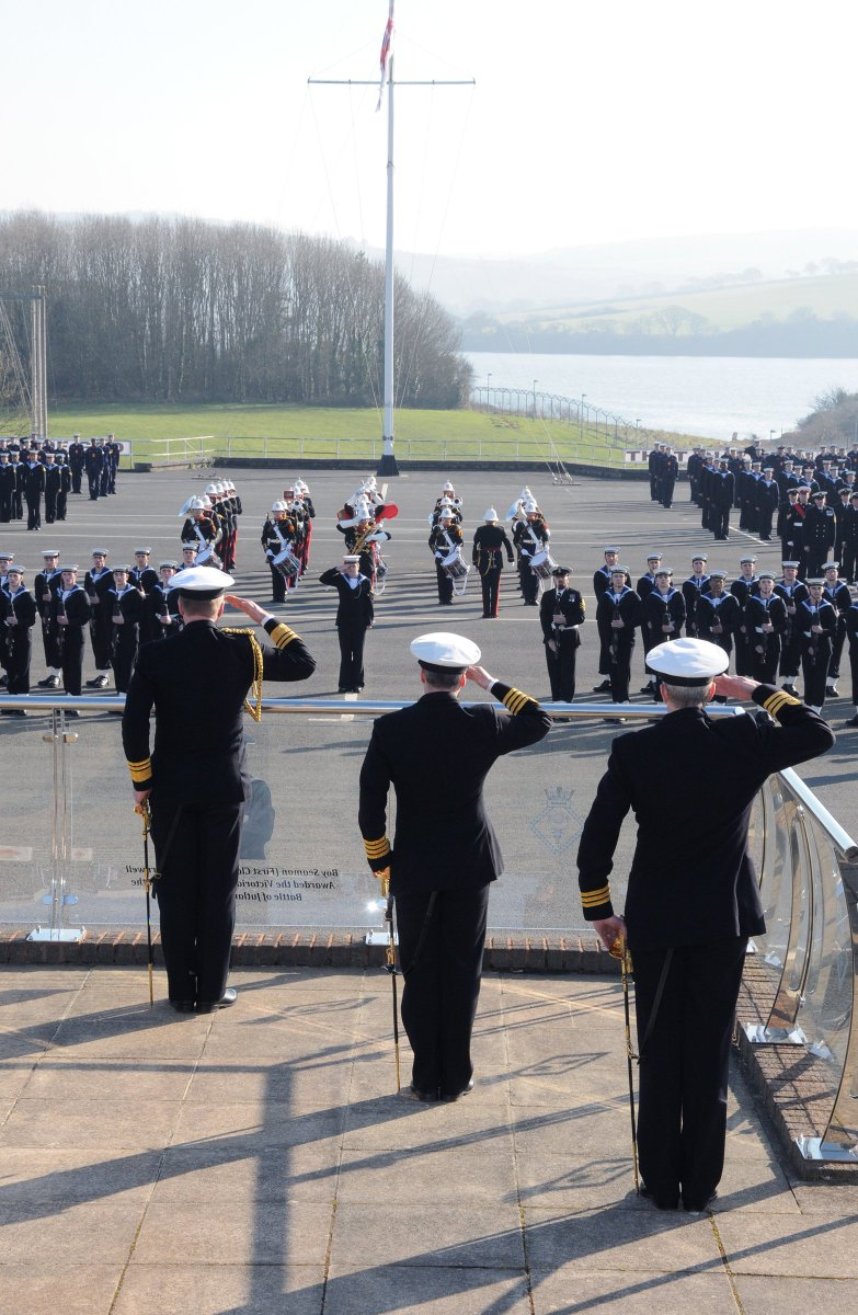 Here's Vice Admiral Ben Key, Fleet Commander, inspecting the parade at HMS Raleigh this afternoon. #Hanson26s @VAdmBenKey @RoyalNavy @RNJobsUK @RNReserve