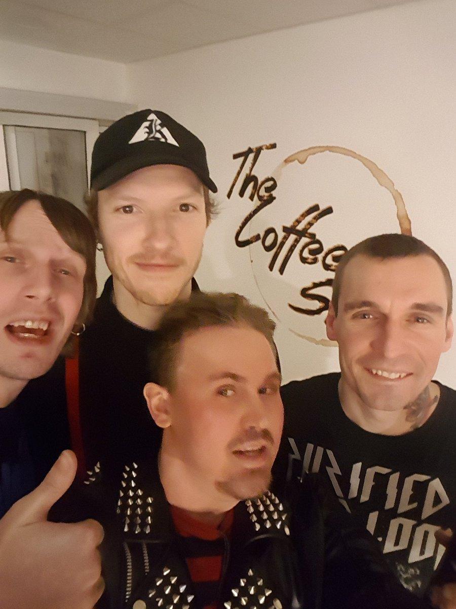 Har følgte de gutta siden gjennombrudd dems i 2010.  Spilte fantastisk live opptreden ikveld 😎🎶🎸🎶🎤🎶🥁🎶 Bandet var kule med å ta #selfie med meg og signe noe autograf på plata jeg kjøpte av dem.. De skal ha respekt for at de tar seg tid til fans dems   Digger dere @OsloEss!