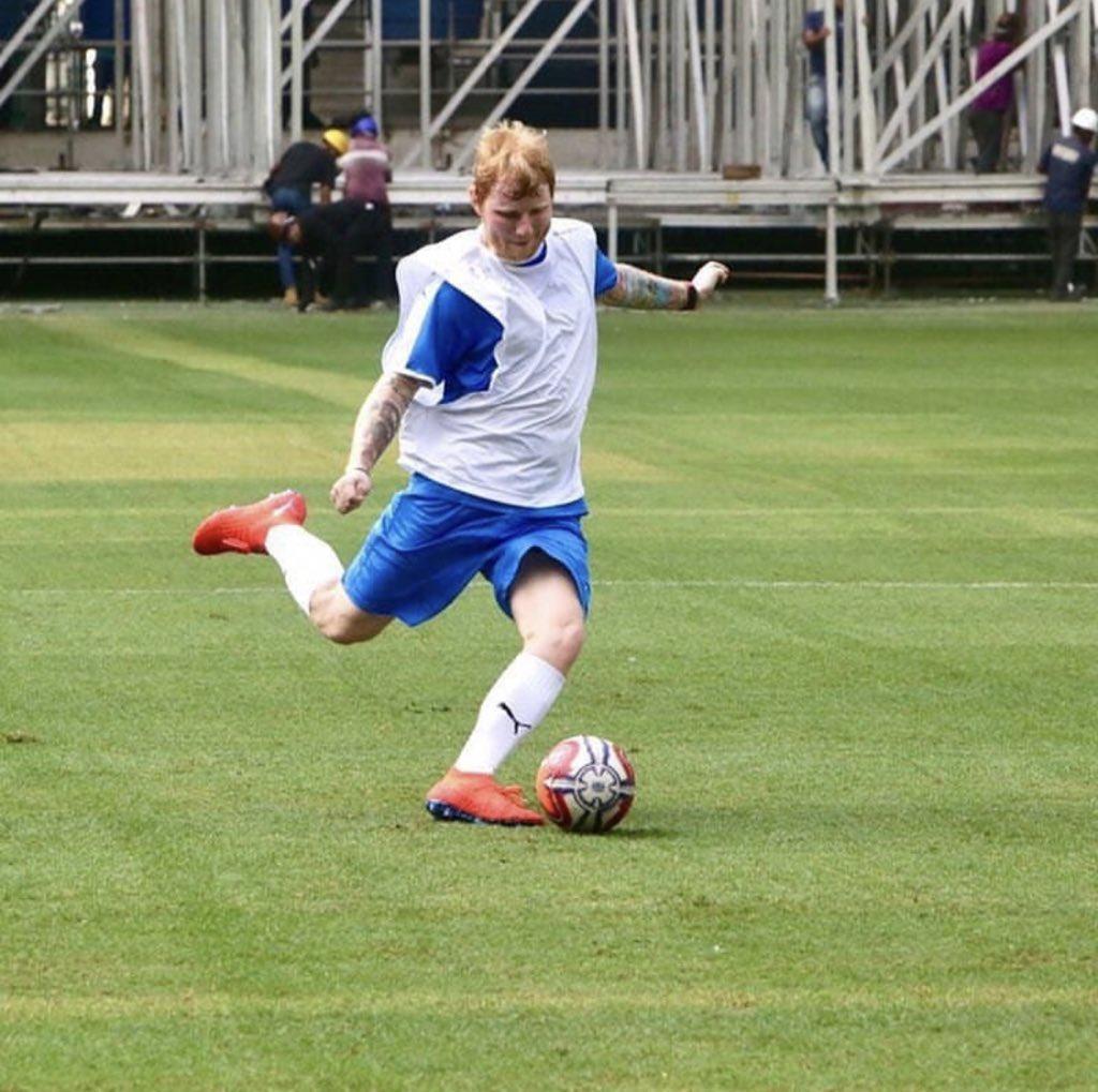 Após duas noites lotando o Allianz Parque, Ed Sheeran retorna ao estádio para jogar futebol; confira registros