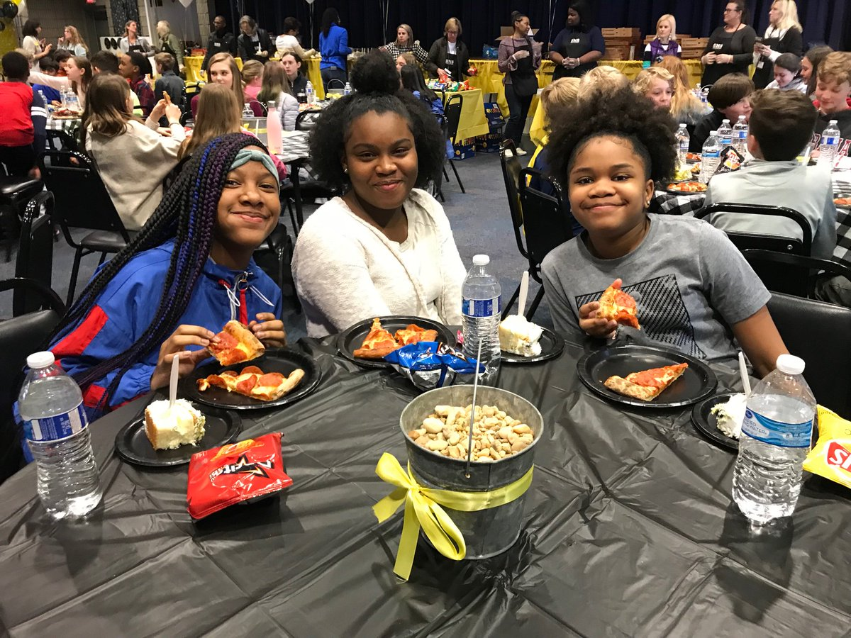 The students highly enjoyed the selfie stations and their lunch #pizza 🍕🍕📸 📸😍😍#sutton6thgradeHonorRollLUNCHEON  THANK YOU F. Henderson for all your hard work! @SuttonPrincipal @Sutton6thGrade @SuttonPTA @CarstarphenMJ @TommyUsherAPS https://t.co/xfpOCHlQsd