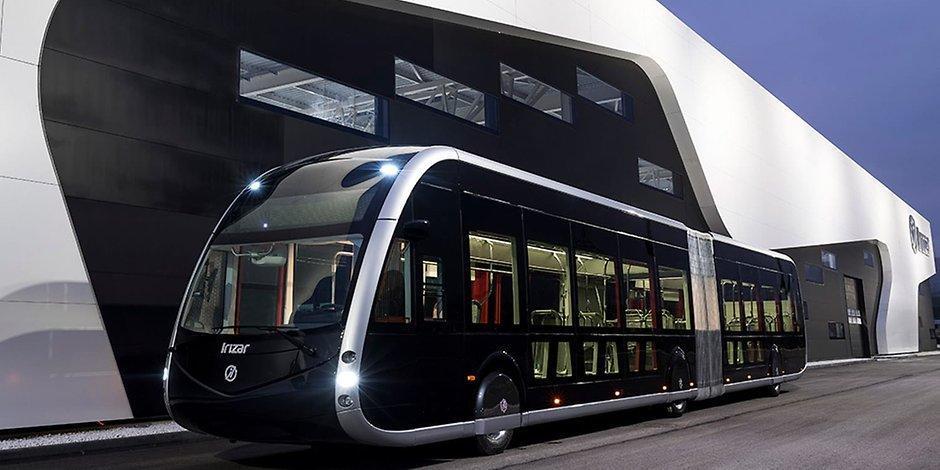 Deutschland-Premiere: Am Dienstag rollt der schwarze Super-Bus durch Hamburg https://t.co/srYkL1SXYP