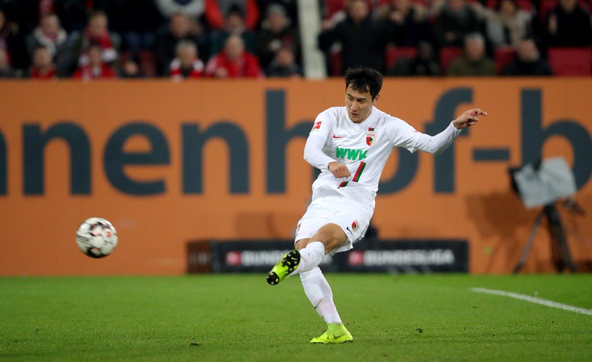 Im Freitagsspiel zwischen dem @FCAugsburg und dem @FCBayern steht es zur Halbzeit 2⃣:2⃣-Unentschieden❗️  #FCAFCB 2:2