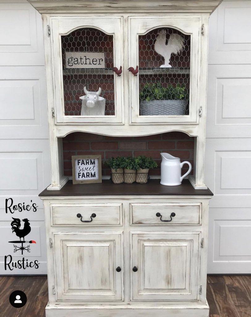 Love this farmhouse hutch by @rosiesrustics!  Get a similar look using Manor White. #mudpaint #paintedfurniture #furnituremakeover #vintagefurniture #upcycledfurniture #farmhouse